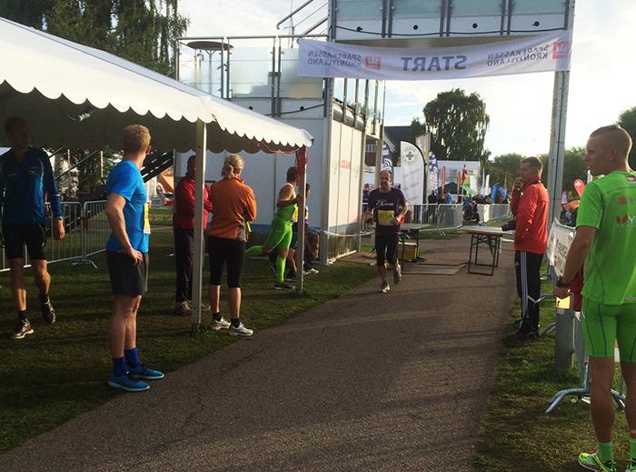 Morten kommer i mål på sin tidlige morgentur og skal give stafetten videre til næste lilla løber.