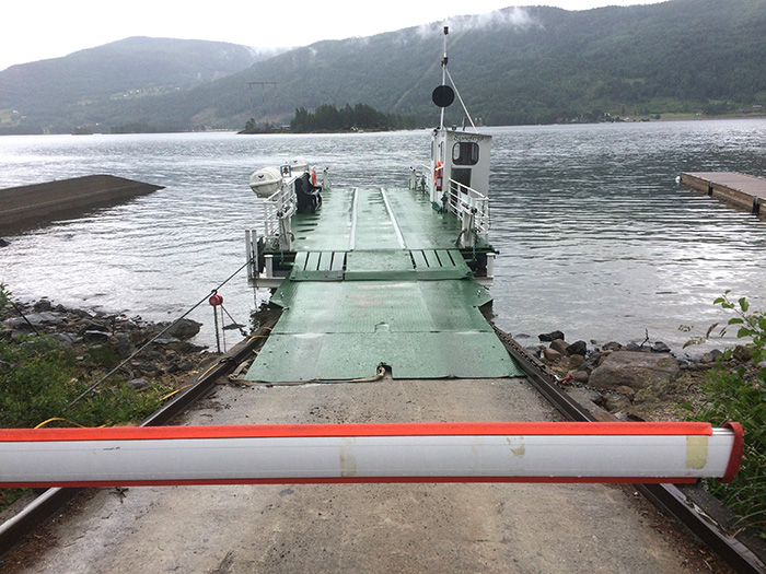 Norges mindste kabelfærge. Det er ikke rampen. Det er færgen.
