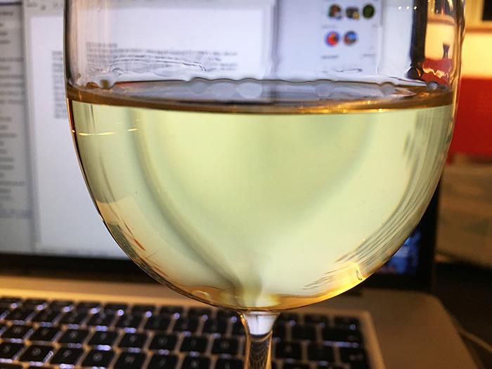 """2be6bc31 """"Er løbet tør for rødvin og må drikke tør hvidvin"""", skrev jeg på Facebook  for nogle år siden. Det var dengang jeg opdaterede noget oftere, end jeg  gør nu, ..."""